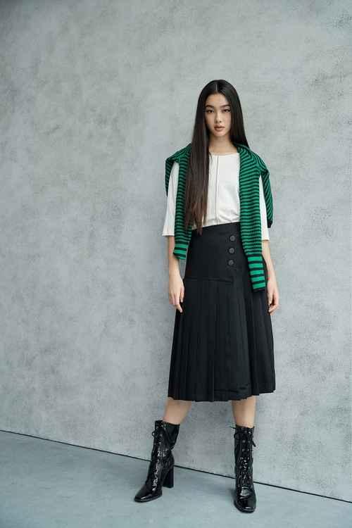 Decorative buckle pleated midi skirt