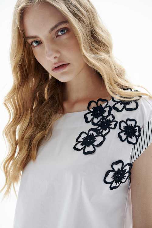 Slim neckline with delicate flowers